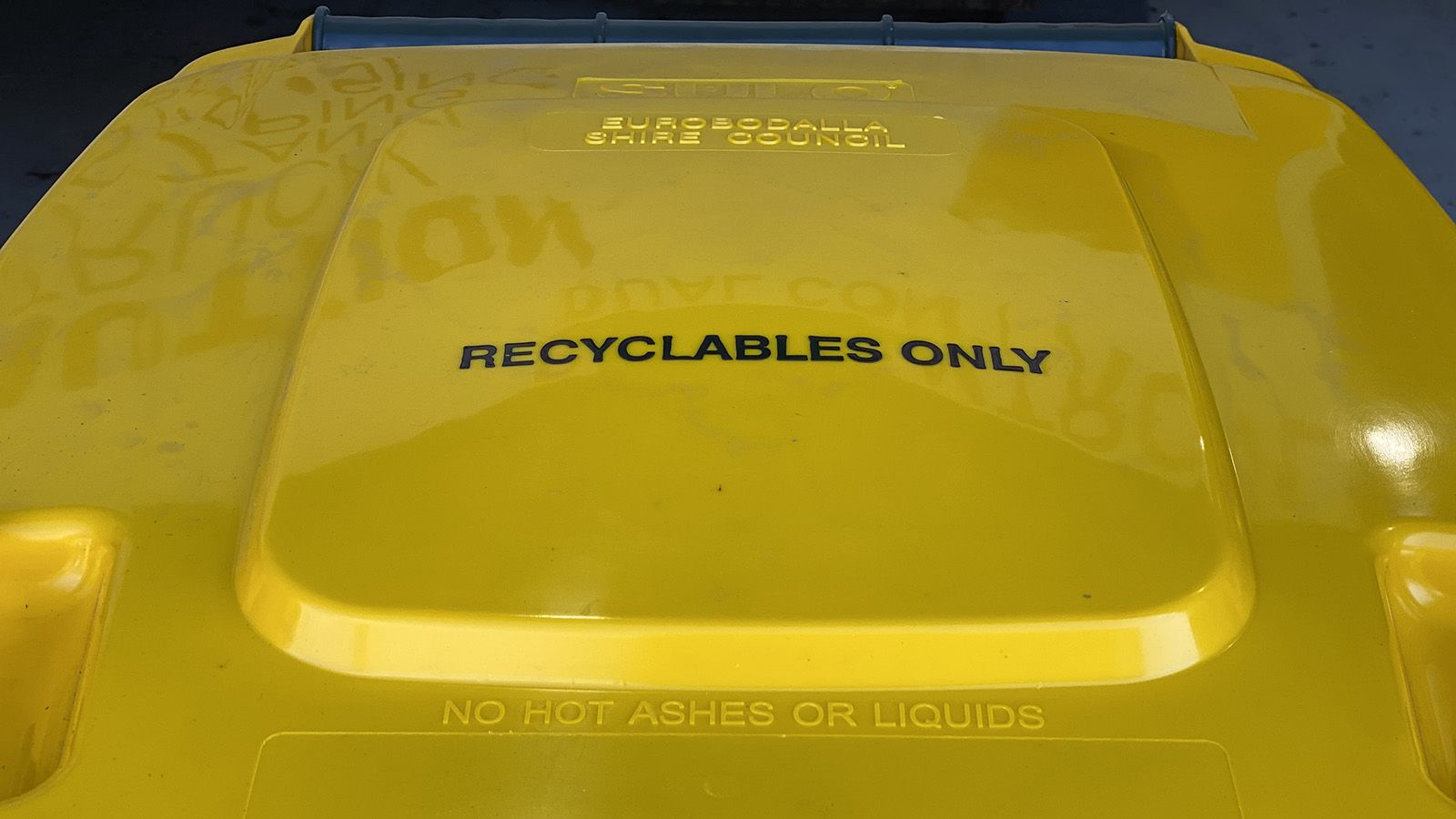 Yellow lid of a household recycling bin banner image